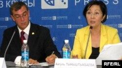 Исполнительный директор фонда «Бота» Кристофер Кавано и менеджер фонда Айгуль Тыныштыкбаева. Алматы, 22 сентября 2009 года.