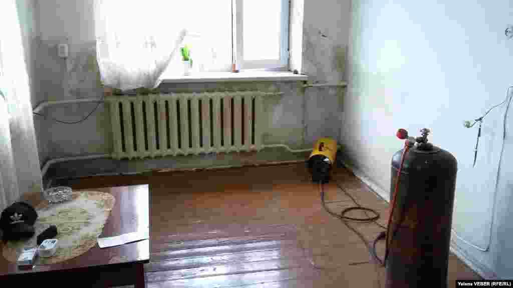 """Некоторые жители, у кого позволяет возможность, стараются просушить комнаты в доме с помощью газовой """"пушки"""". Хотя это и небезопасно. Но иначе дом будет просушиваться от сырости еще несколько лет, говорят сельчане."""