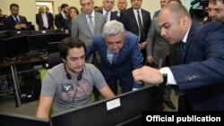 Prezident Serzh Sarkisian Yerevanda yeni IT şirkətinin ofisinə baş çəkir.