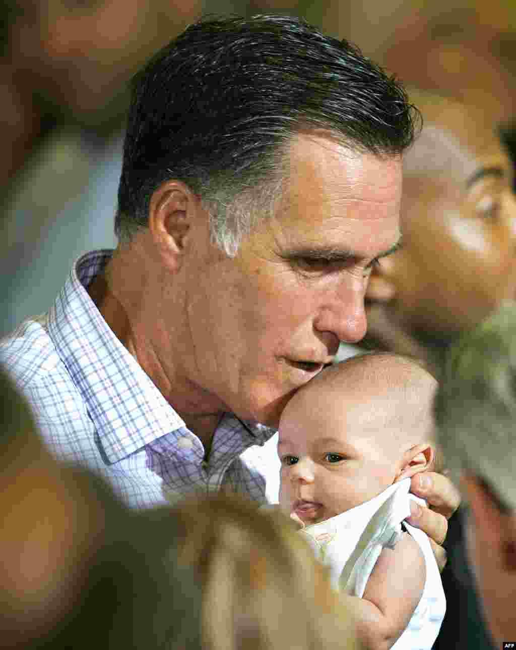 Ромни целует ребёнка, переданного ему из толпы, после своего выступления по вопросам экономики в Ирвине, штат Пенсильвания