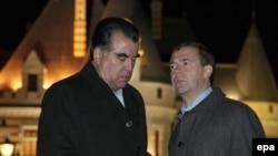 Президент России Дмитрий Медведев (справа) в беседе с президентом Таджикистана Эмомали Рахмоном (слева) в резиденции Барвиха, 21 октября 2009 года.