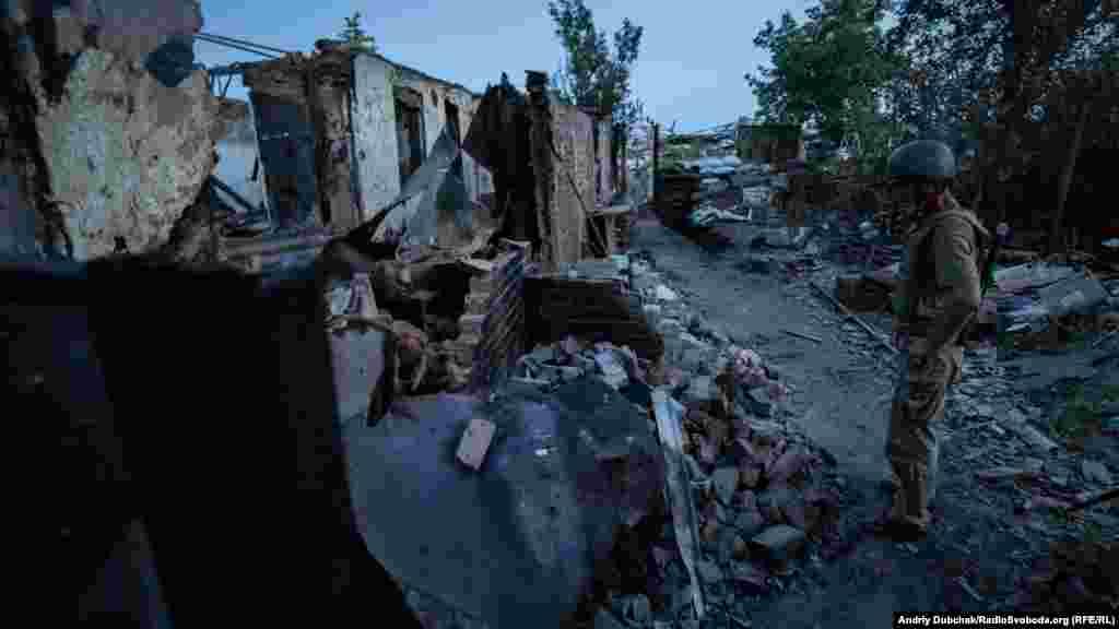 На фото – дом, который минометы контролируемых Россией сил разбили пару дней назад. Внутри сих пор что-то тлеет, вокруг ощутим запах дыма