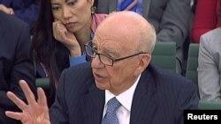 """""""News Corporation"""" компаниясынын башчысы Руперт Мөрдок (Rupert Murdoch) британ парламентини н комиссиясынын отурумунда. Лондон ш., 2011-жылдын 19-июлу. Reuters."""