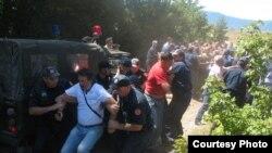 Policija je već intervenisala kako bi rastjerala građane koji su početkom avgusta protestovali zbog uništavanja oružja na Goliji, avgust 2010, Foto: Vijesti