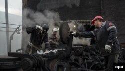 Працівники Авдіївського коксохімічного заводу ремонтують обладнання після обстрілу підприємства, 28 липня 2015 року