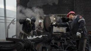 Працівники Авдіївського коксохімічного заводу здійснюють аварійний ремонт печі, яку було ушкоджено мінометним обстрілом. Авдіївка, 28 липня 2015 року