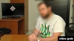 Один из задержанных в футболке с украинским трезубцем