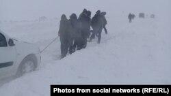 Жители региона во время снежного заноса на автотрассе в Западно-Казахстанской области. Январь 2019 года. Фото из соцсетей.