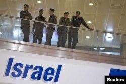 Сотрудники пограничной службы Израиля в здании аэропорта имени Бен-Гуриона.