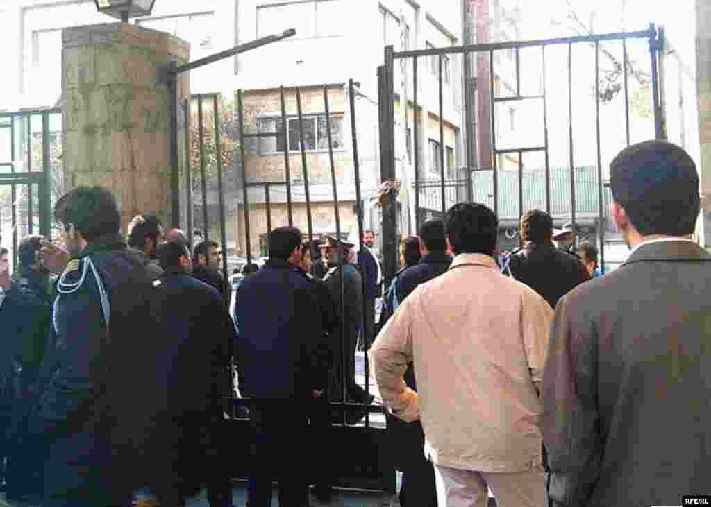 نیروهای امنیتی با بستن در دانشگاه، ورود دانشجویان دیگر به حیاط دانشگاه تهران را ممنوع کرده بودند.