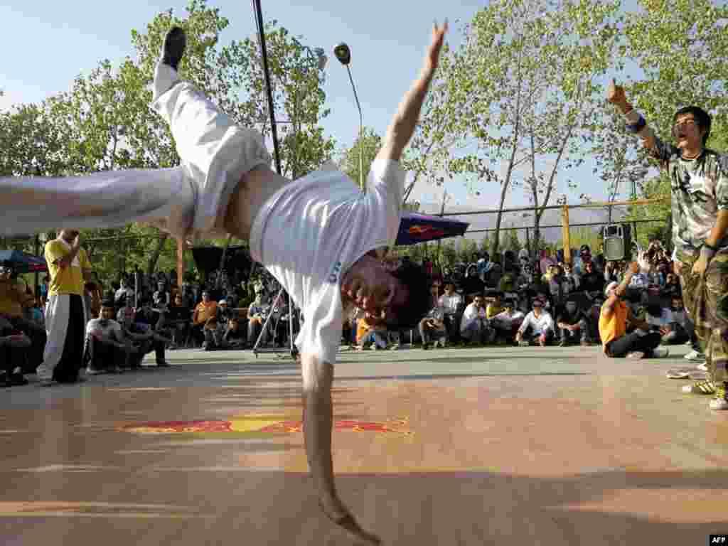 Тегеран. Любители брейк-данса на улицах иранской столицы
