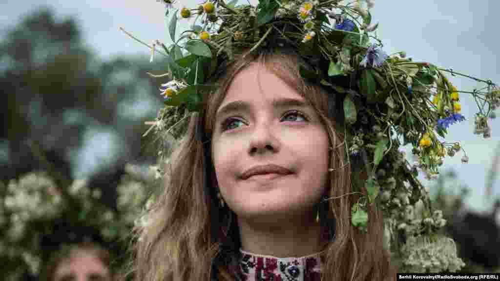 Майже всі дівчата прикрасили голови вінками з купальських трав. Існує повір'я, що зібрані в ніч на Івана Купала чи вранці рослини мають особливу, надзвичайну силу