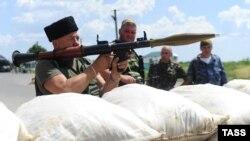 Separatistët prorusë në një pikë kontrolli afër një vendkalimi kufitar ndërmjet Ukrainës dhe Rusisë në rajonin Luhansk