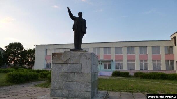 Музэя Смоліча няма, затое ёсьць помнік Леніну
