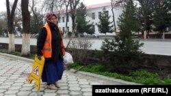 Türkmenistanyň Jemagat hojalygy ministrligine degişli edaralarynyň biriniň köçeleriň arassaçylygyna gözegçilik edýän işgäri