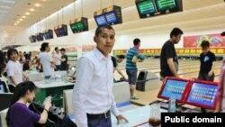 Тлектес Адамбеков (на переднем плане), студент из Казахстана, обучающийся в Университете Тончжи в городе Шанхае.