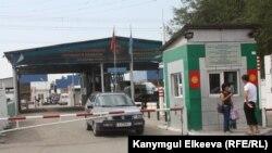 Таможенный пост в Чалдоваре на кыргызско-казахской границе, 16 сентября 2011г.