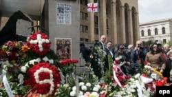 9 апреля у здания грузинского парламента обычно собираются люди. Они приносят цветы к мемориалу памяти погибших, зажигают свечи