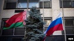 Zastava Rusije na pola koplja ispred UN-a u New Yorku