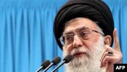 Иран лидері аятолла Әли Хаменеи Тегеран университетіндегі жұма намаз кезінде уағыз айтып тұр. 3 қаңтар, 2012 жыл. (Көрнекі сурет)