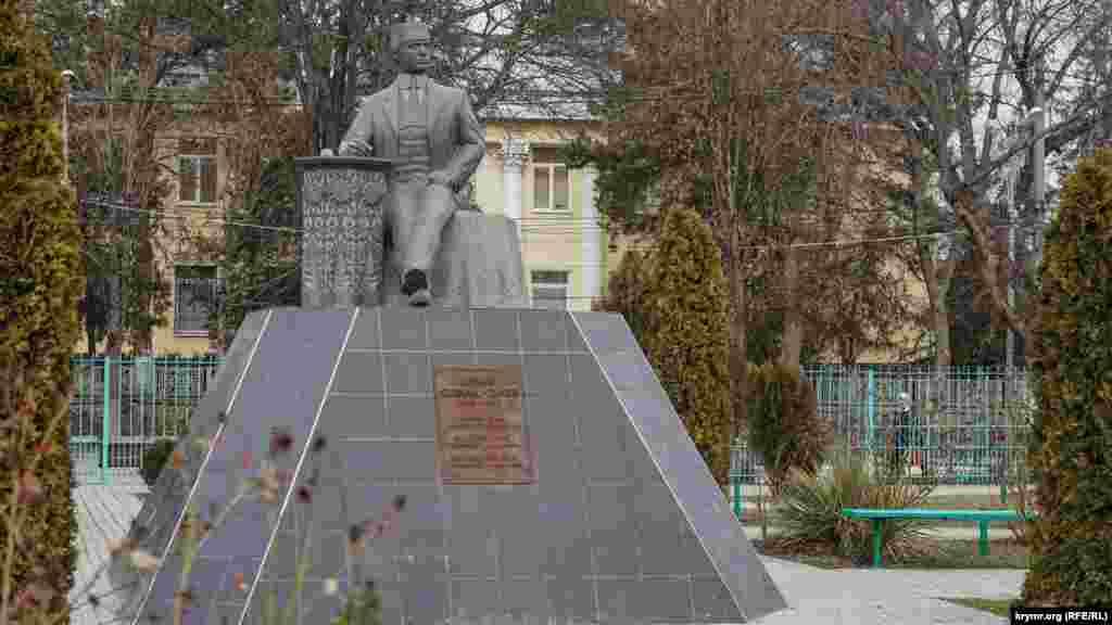 Пам'ятник Бекіру Чобан-Заде (1893-1937) – видатному кримськотатарському поетові, тюркологу й академіку. Вчений був репресований і розстріляний радянською владою за «буржуазний націоналізм»