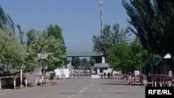 A border crossing on the Uzbek-Kyrgyz frontier on May 27, when Uzbek authorities reopened the checkpoint.
