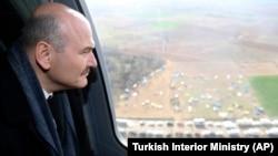 Глава МВД Турции Сулейман Сойлу осматривает в вертолёта лагеря беженцев на приграничной территории. 5 марта 2020