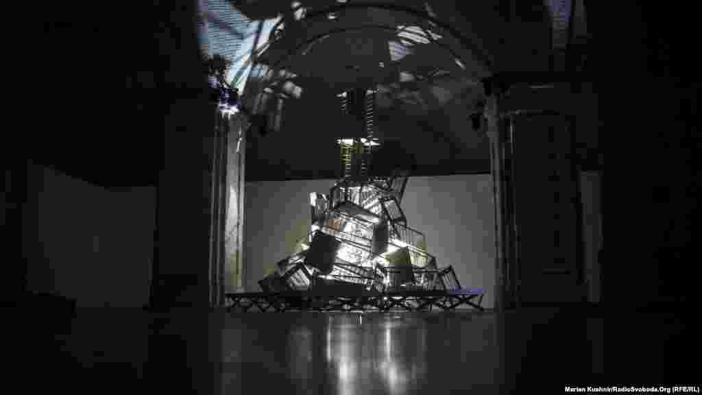 (NO) LIFE! Арт-робота Зінаїди Ліхачевої про абсурдність та неминучість смерті. Інсталяція зроблена із гори дитячих ліжечок