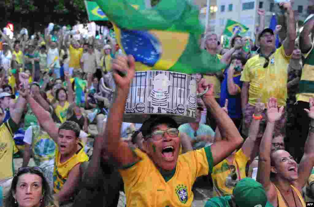 Зараз питання про імпічмент спрямований у сенат Бразилії. Заключне голосування відбудеться на початку травня. На фото – прихильники відставки Русеф у Ріо-де-Жанейро