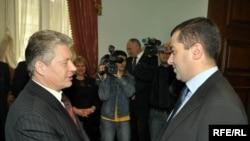Председатель парламента Грузии Давид Бакрадзе (справа) и глава белорусской делегации, прибывшей с визитом в Грузию, Сергей Маскевич