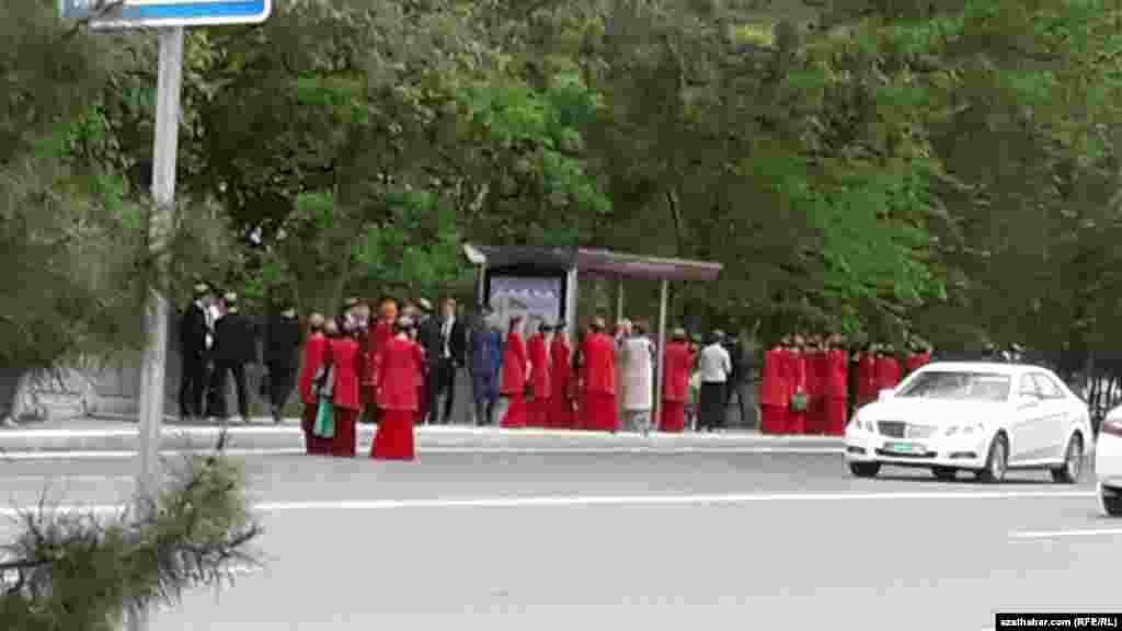 Awtobusa garaşyp duran türkmen talyplary.