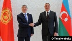 Президент Кыргызстана Алмазбек Атамбаев (слева) и президент Азербайджана Ильхам Алиев (справа). Габала,15 августа 2013 года.