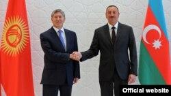 Президент Азербайджана Ильхам Алиев приветствует своего коллегу из Кыргызстана Алмазбека Атамбаева на саммите глав тюркоязычных государств. 15 августа 2013 года