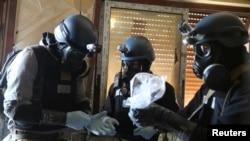 Эксперты ООН по химическому оружию с пробами. Иллюстративное фото.