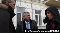 Сулейман Кадыров (в центре) и адвокаты Алексей Ладин (слева) и Эмиль Курбединов (справа)