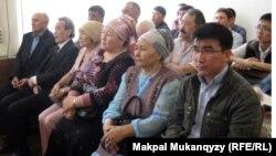 Сотталушылардың туыстары сот залында отыр. Алматы, 27 сәуір 2012 жыл.