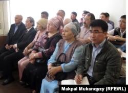 """Родственники подсудимых по """"делу суфиев"""". Алматы, 27 апреля 2012 года."""