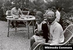 Лаўрэнці Бэрыя з дачкой Сталіна. На заднім пляне Сталін