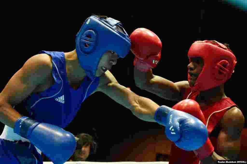 Қазақ боксшысы Абылайхан Жүсіпов (көк формада) финалда кубалық Алаин Лимонтені ұтып, олимпиада чемпионы атанды. Нанкин, 27 тамыз 2014 жыл.