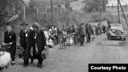 Судетские немцы по пути к железнодорожной станции в городе Либерец (бывшая Чехословакия), июль 1946