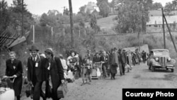 Судетські німці на шляху до залізничної станції в місті Ліберець (колишня Чехословаччина), липень 1946 року