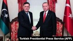 Türkiýäniň prezidenti Rejep Taýyp Erdogan (sagda) we Liwiýanyň premýer-ministr Faýez Sarraj (arhiw suraty)