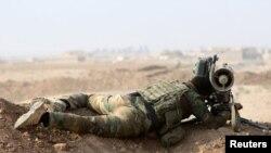 Боец курдского военизированного формирования Пешмерга на огневой позиции к окрестностях иракского города Мосул. 27 октября 2016 года.