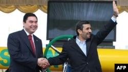 Президент Туркменистана Гурбангулы Бердымухамедов (слева) и президент Ирана Махмуд Ахмадинежад (справа) на церемонии открытия нового газового месторождения на юго-восточном месторождении Довлетабад, Туркменистан, 6 января, 2010