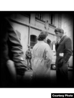 Scriitorul ceh Milan Kundera fotografiat de poliţia secretă