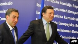 European Commission President Jose Manuel Barroso (right) welcomes Georgian Prime Minister Nika Gilauri.
