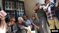 اصغر فرهادی، کارگردان، به همراه دیگر سینماگران معترض در تجمعی برای حمایت از عدم تعطیلی خانه سینما.