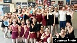 Împreună cu elevii Școlii de balet pe care o conduce în Germania