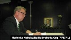 Посол Естонської Республіки в Україні Лаурі Лепік залишає у жалобній книзі запис з приводу смерті Вацлава Гавела
