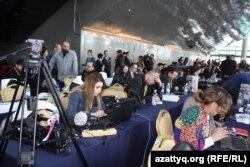 Журналисты, приехавшие в Астану освещать переговоры по Сирии, работают в пресс-центре. 23 января 2017 года.